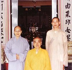 照德法师(左)与剃度师寂晃长老(中)