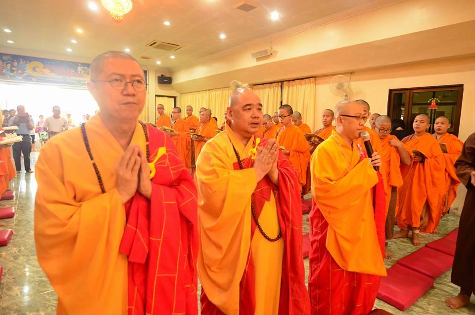 2015法雨精舍办短期出家及托钵仪式。